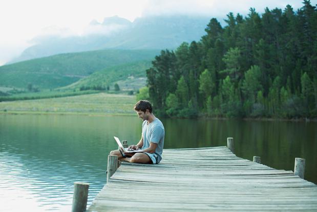 Bijna de helft van de Vlamingen neemt zijn werk mee op vakantie