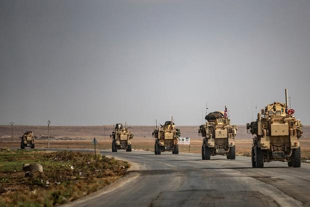 Un convoi de blessés et de combattants kurdes quitte une ville assiégée de Syrie