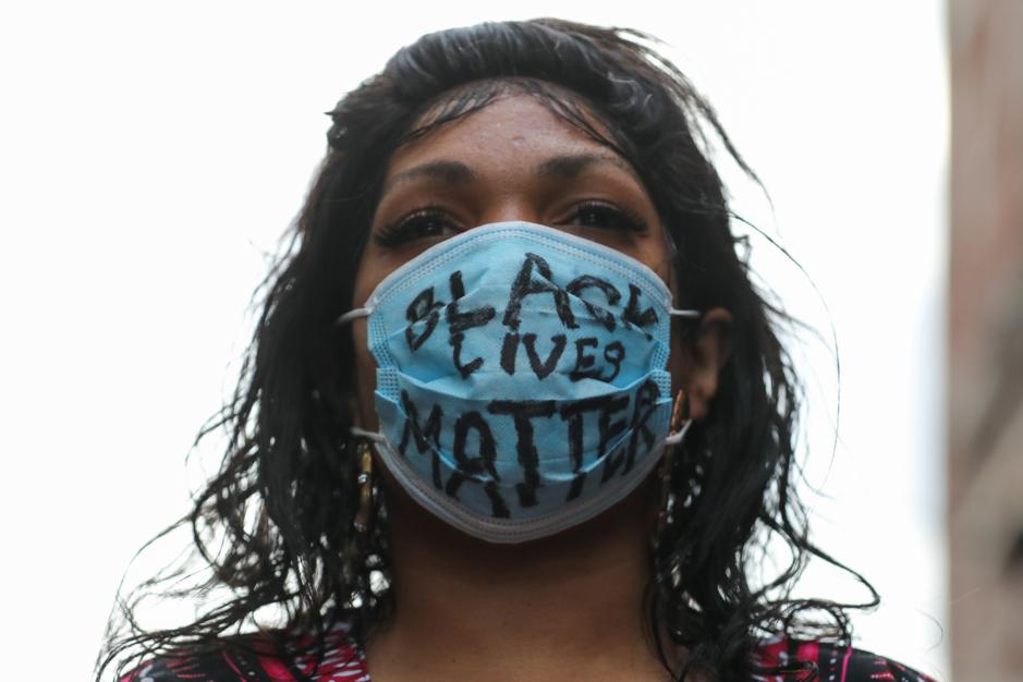 Factcheck: Nee, Black Lives Matter dwingt witte vrouwen niet om te knielen