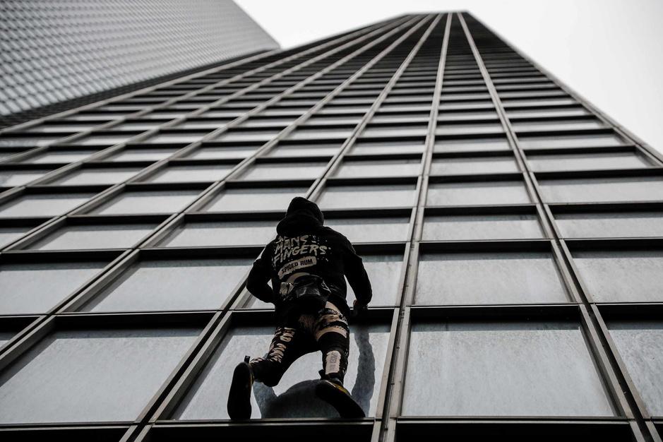 """Réforme des retraites en France: le """"Spiderman"""" français escalade la tour Total en soutien aux grévistes (en images)"""