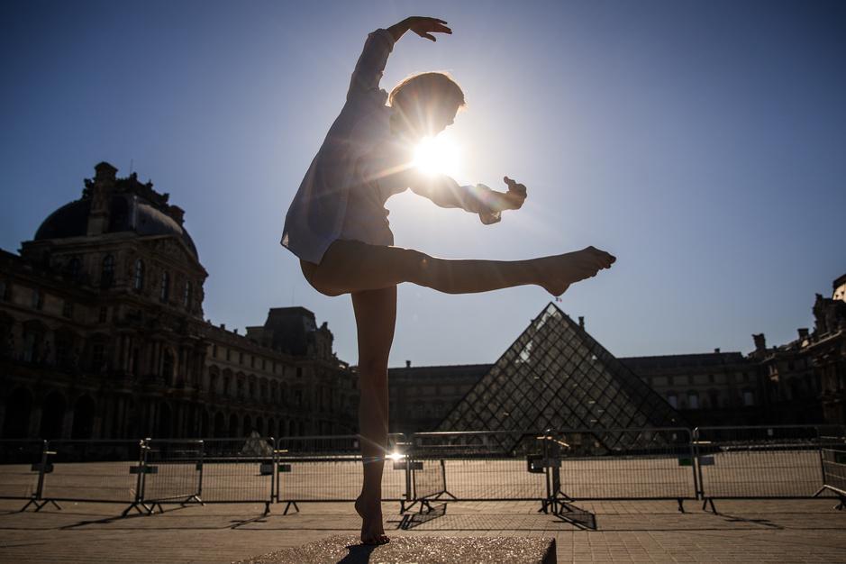 Balais enchanteur de Yara al-Hasbani qui fait danser un Paris déserté