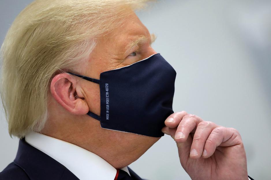 Wat Donald Trump beweerde over covid-19: 'Ik zie me niet tegenover een dictator zitten met een mondmasker'
