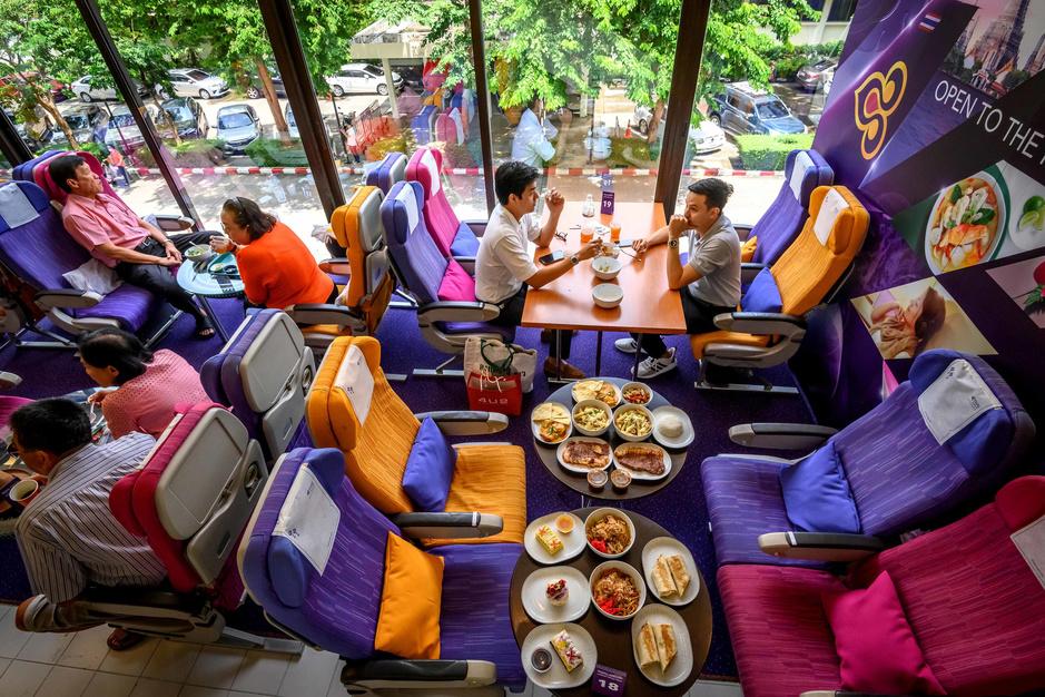 Privés de voyage, les Thaïlandais prennent leur café dans un avion (en images)
