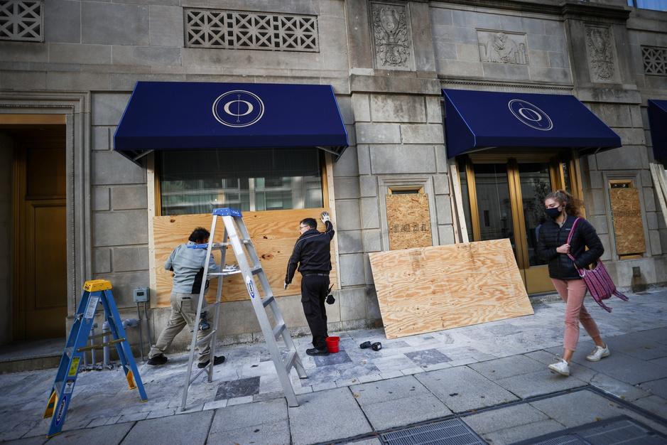Dichtgetimmerde ramen en extra beveiliging: Amerikaanse steden verwachten onrust bij verkiezingen