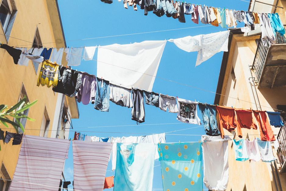 Kleding minder wassen is beter voor het milieu: hang de vuile was buiten