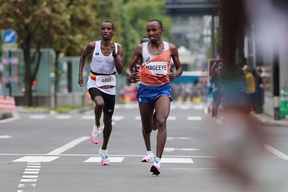 Bashir Abdi wint brons in de marathon, met aanmoediging van een zilveren Nederlander