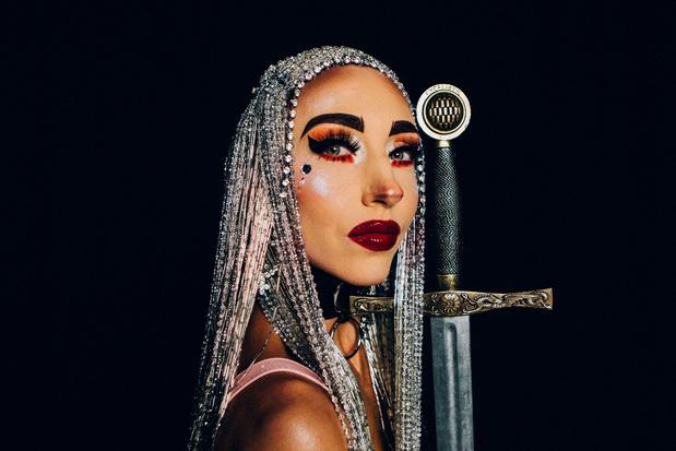 In première: 'Kusje' van postapocalyptic alien popstar Dolly Bing Bing