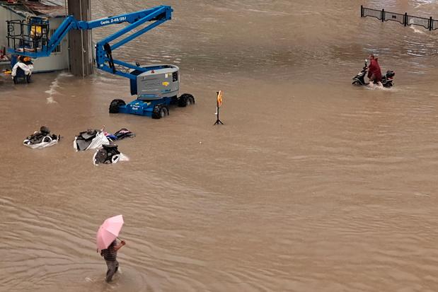 Twaalf doden en honderden mensen vast in metrotunnels door hevige regenval in China