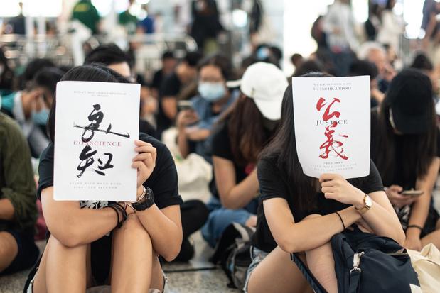 Hong Kong: des centaines de manifestants de nouveau à l'aéroport international