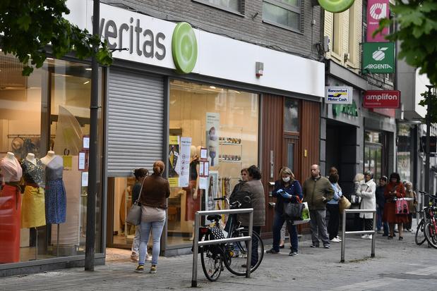 Ruée et longues files devant les magasins Veritas