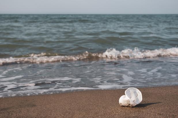 Dagtoeristen aan de kust laten afvalberg achter
