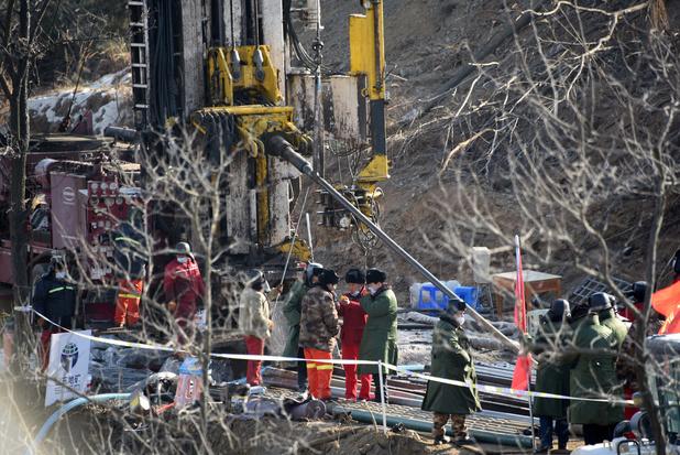 Intenses efforts de forage pour dégager les mineurs coincés en Chine