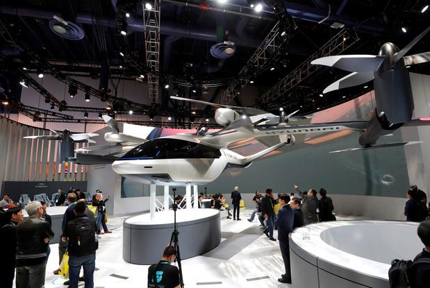 Mercedes dévoile une voiture sans volant, alors qu'Hyundai veut s'envoyer en l'air