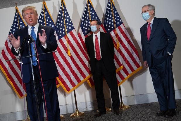 """Trump prône la """"normalisation"""", l'épidémie progresse dans les Amériques"""