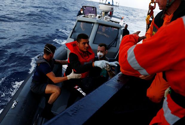 Menacée par des garde-côtes libyens, l'ONG Sea-Eye récupère 90 migrants en Méditerranée