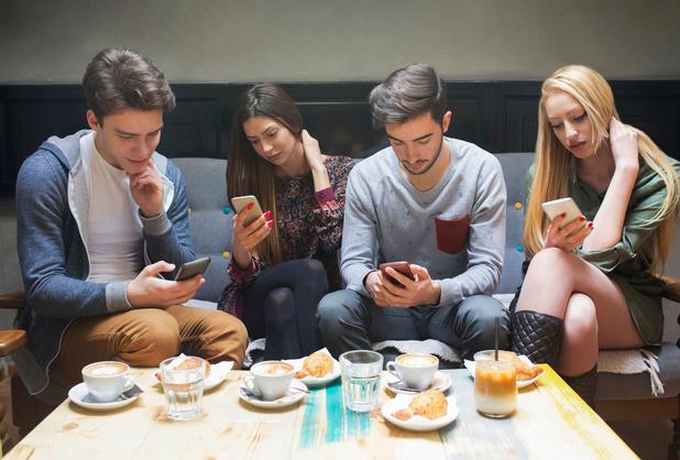 """Une """"corne"""" se formerait à la base du crâne des accros au smartphone !"""