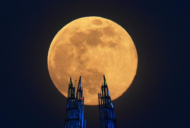 """En images : La """"Super Lune rose"""", un spectacle céleste fascinant"""