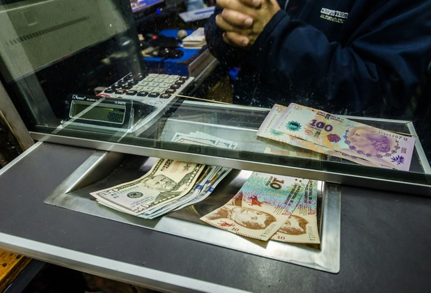 Le peso argentin plonge de 14% face au dollar après le revers de Macri aux primaires