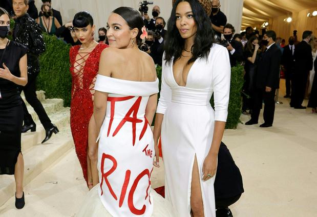 """""""Tax the rich"""": le slogan de la robe d'AOC relayé, critiqué et détourné"""