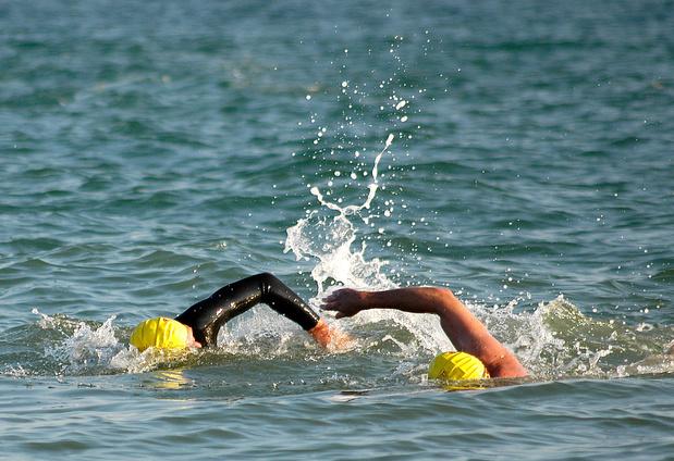 Une Américaine traverse quatre fois la Manche à la nage sans s'arrêter (vidéo)