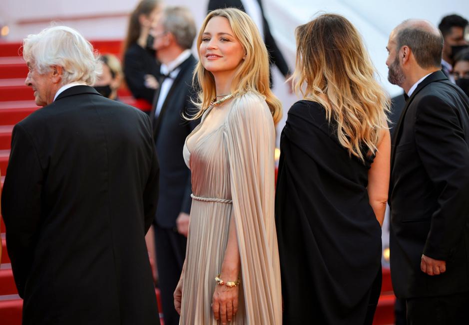 Cannes en images (4): Virginie Efira irradie les marches cannoises, et autres stars sur tapis rouge