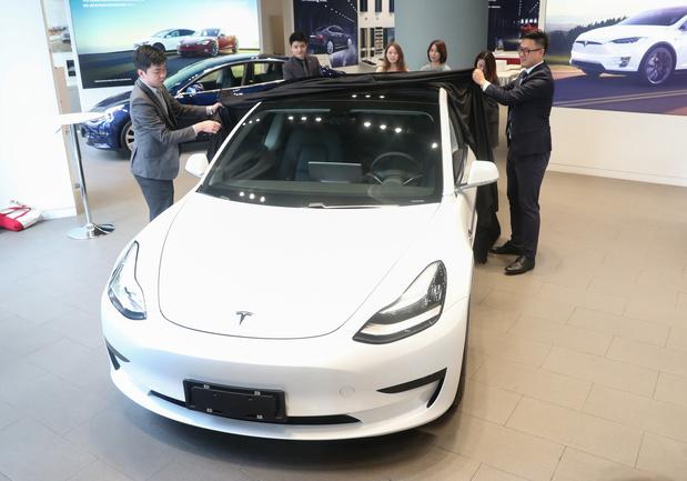 Norvège: la Tesla 3 propulse les ventes de voitures électriques à un niveau record