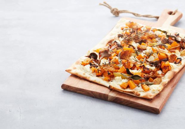 Pizza met pompoen en bospaddenstoelen