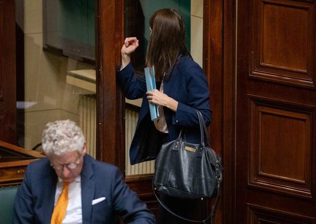 Oui, on peut désormais s'asseoir sur un banc : Wilmès recadre De Crem