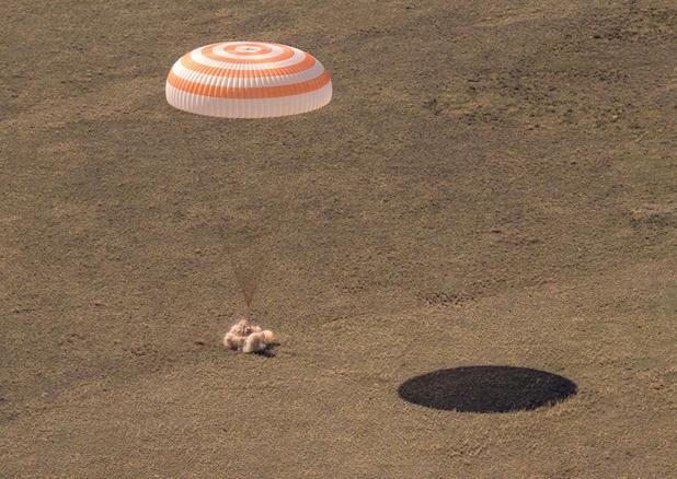 Bemanningsleden ISS landen op aarde in ruimtecapsule