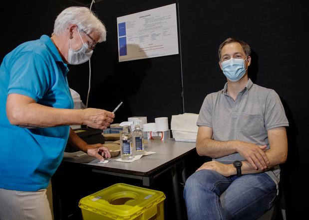 """Alexander De Croo a reçu sa première dose: """"Chaque injection nous rapproche un peu plus d'un bel été"""""""