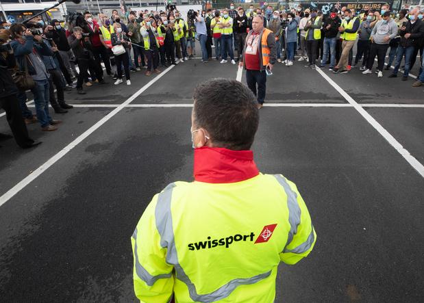 Swissport: Quelques centaines de travailleurs rassemblés dans le calme malgré l'interdiction