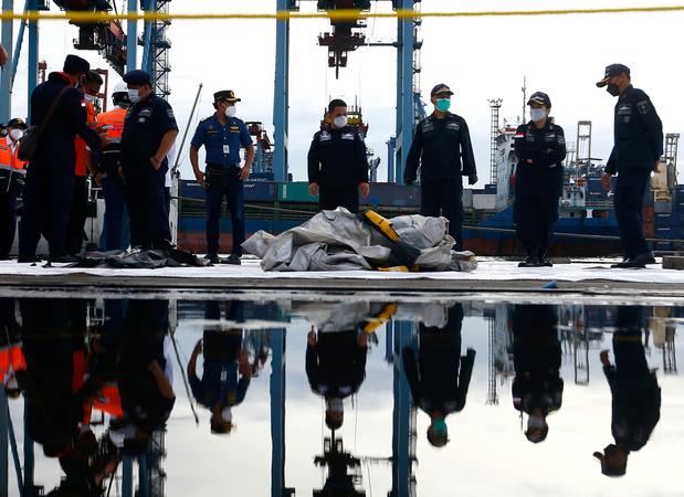 Indonesië: duikers vinden brokstukken van vermist vliegtuig