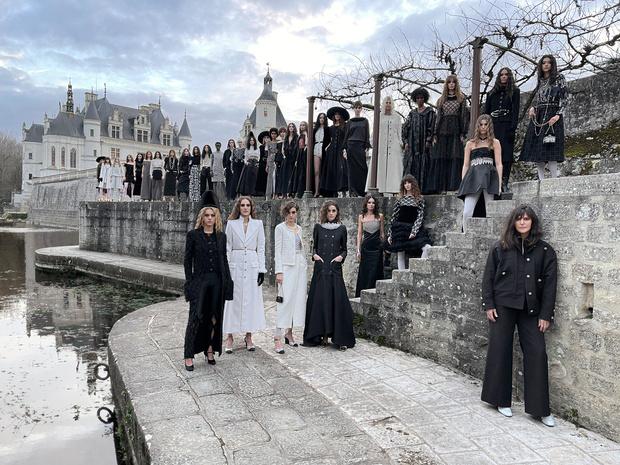 Métiers d'Art show van Chanel is ode aan heldinnen en koninginnen van de renaissance