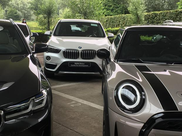 BMW schenkt 23 auto's aan scholen