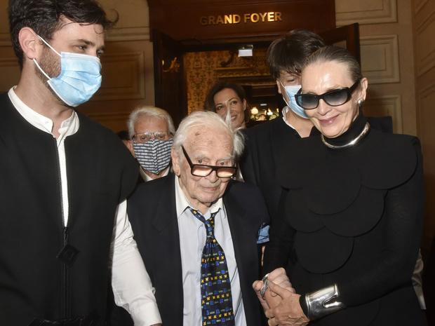Quelque 400 personnes venues rendre hommage à la mémoire de Pierre Cardin, à Paris