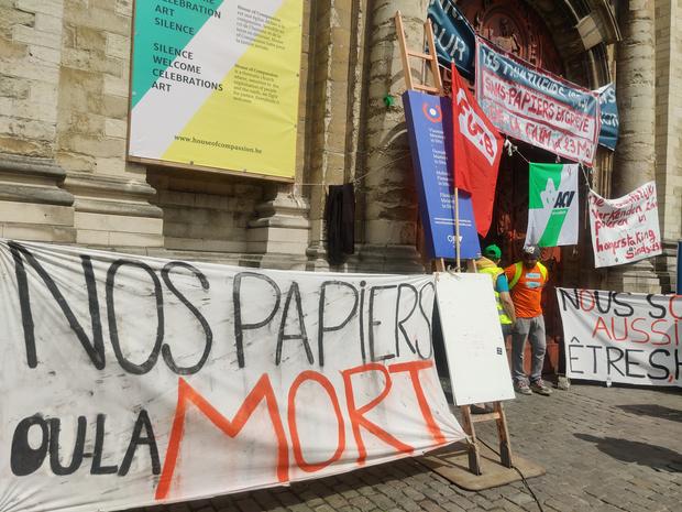 Grève de la faim au Béguinage: les sans-papiers se sont enfermés dans l'église, refusant toute aide