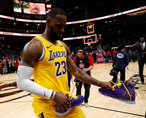 """LeBron James """"anéanti et le coeur brisé"""" par le décès de Kobe Bryant"""