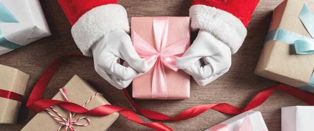 Un mystérieux père Noël gâte des centaines de Canadiens