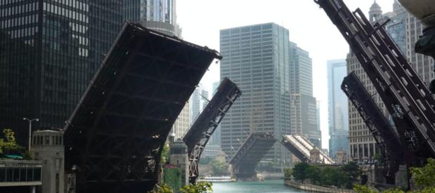 Open bruggen in Chicago leveren spectaculaire beelden op