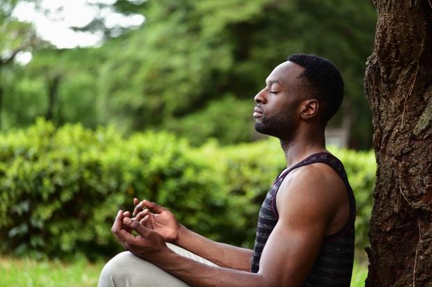 Mannen ruilen steeds vaker gewichten in voor de yogamat