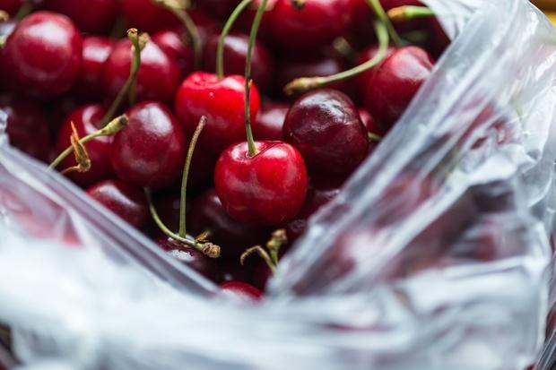 Colruyt bant plastic zakjes op versafdeling