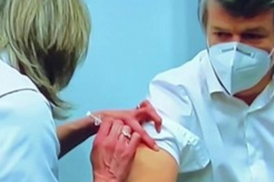 Factcheck: nee, beelden tonen niet dat Bart Somers coronavaccin kreeg toegediend