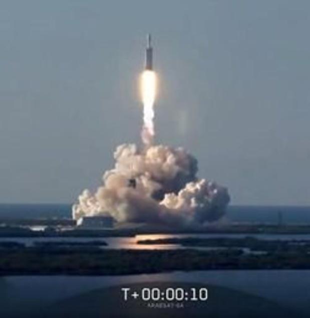 Décollage de la Falcon Heavy de SpaceX pour son premier vol commercial