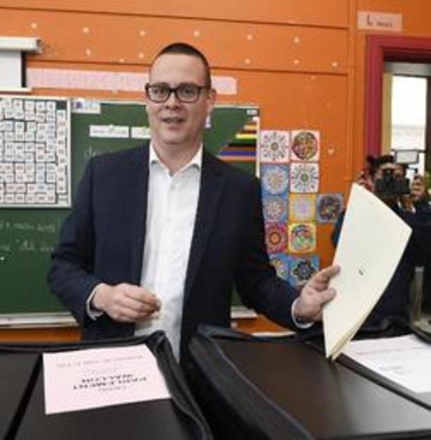 Raoul Hedebouw particulièrement sollicité à son arrivée au bureau de vote