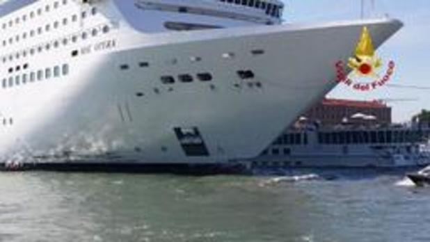 Vijf gewonden nadat cruiseschip tegen toeristenboot botst in Venetië