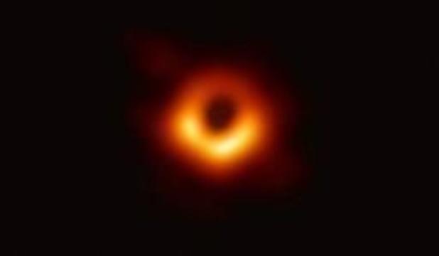 Voor het eerst is foto van een zwart gat in de kosmos gemaakt