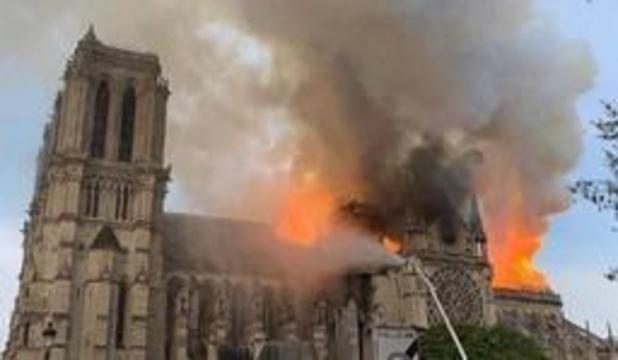 Brand Notre-Dame: toren ingestort, volledige geraamte van dak staat in brand