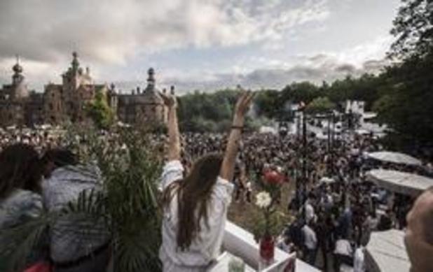 Graaf laat 6.000 danceliefhebbers feesten op uniek kasteeldomein