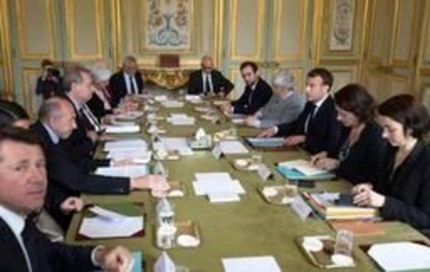 """Macron souhaite """"baisser les impôts des classes moyennes"""""""