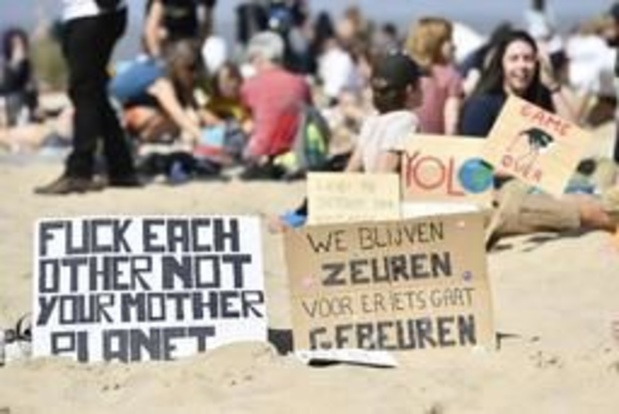 """Enkele honderden activisten """"chillen voor het klimaat"""" op het strand van Oostende"""